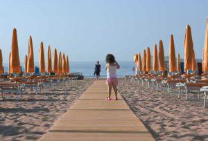 mare spiaggia ombrelloni