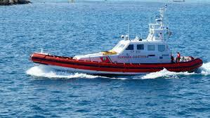 Questa mattina la Capitaneria di Porto di Crotone ha trainato e messo in salvo una imbarcazione a vela con 56 migranti, tra cui 18 minori, quasi tutti provenienti dal Pakistan.
