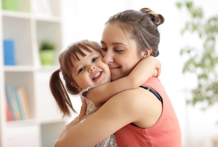 Abbracci 12 al giorno fanno stare bene tuo figlio-SoloNotizie24.it