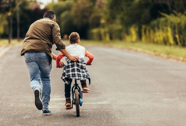 Padre e figlio giocano-Buone abitudini-SoloNotizie24.it