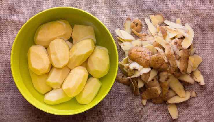 pelare le patate con le msni