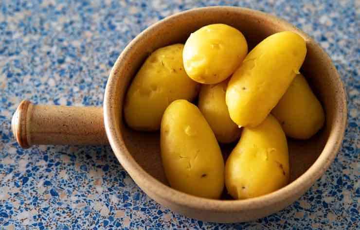 pelare le patate con le mani