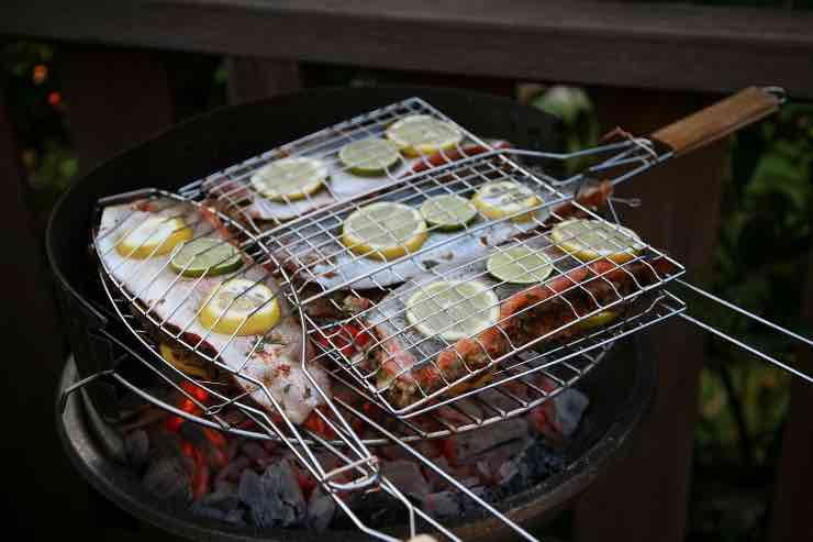 Cuocere il pesce alla griglia